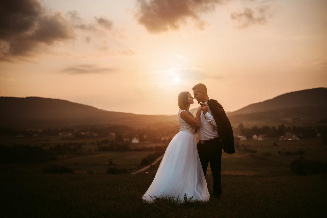 plener-ślubny-w-lesie-słoneczna-sesja-ślubna-rzeszów-kraków-fotogrrafia